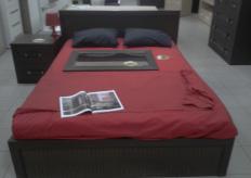 Кровать с кожанными вставками на спинке